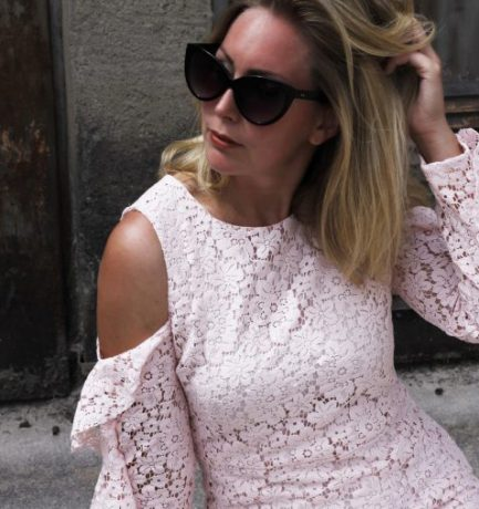 Trend-Look: Cold-Shoulder Kleid in Rosé