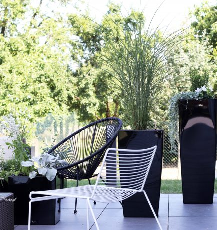 Outdoor-Lounge | Strahlende Statements in Anthrazit, Weiß & Schwarz